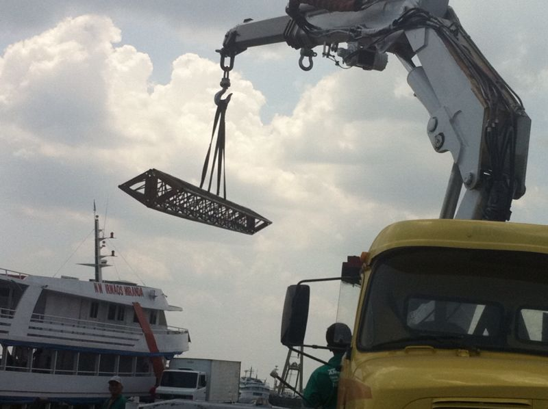 Read more about the article Movimentação de cargas e containeres em Manaus – Caminhão Munck