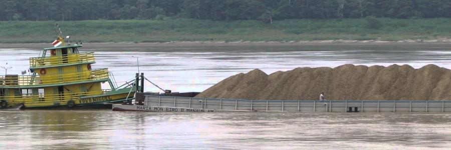 Transporte de minérios em balsas e barcaças
